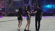 <B>章子怡</B>携俩女儿探班汪峰演唱会 一家四口穿亲子装超有爱