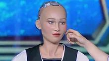 王力宏摸脸找索菲亚 皮肤完美太有辨识度了