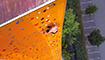 37米高!英国一小伙15分钟徒手爬上世界最高攀岩墙